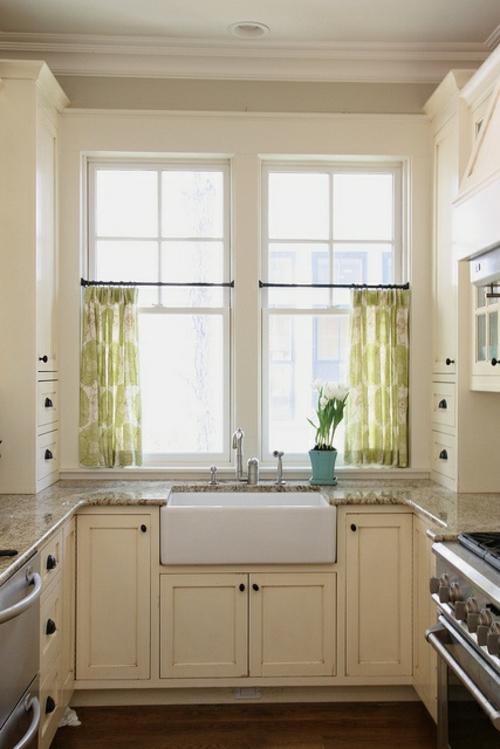 Kjøkken gardiner tjene som solkrem og pep opp kjøkkenet ditt