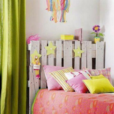 kinderzimmer-dekorieren-tolles-bettkopfteil-lange-gardinen-leuchter[1]